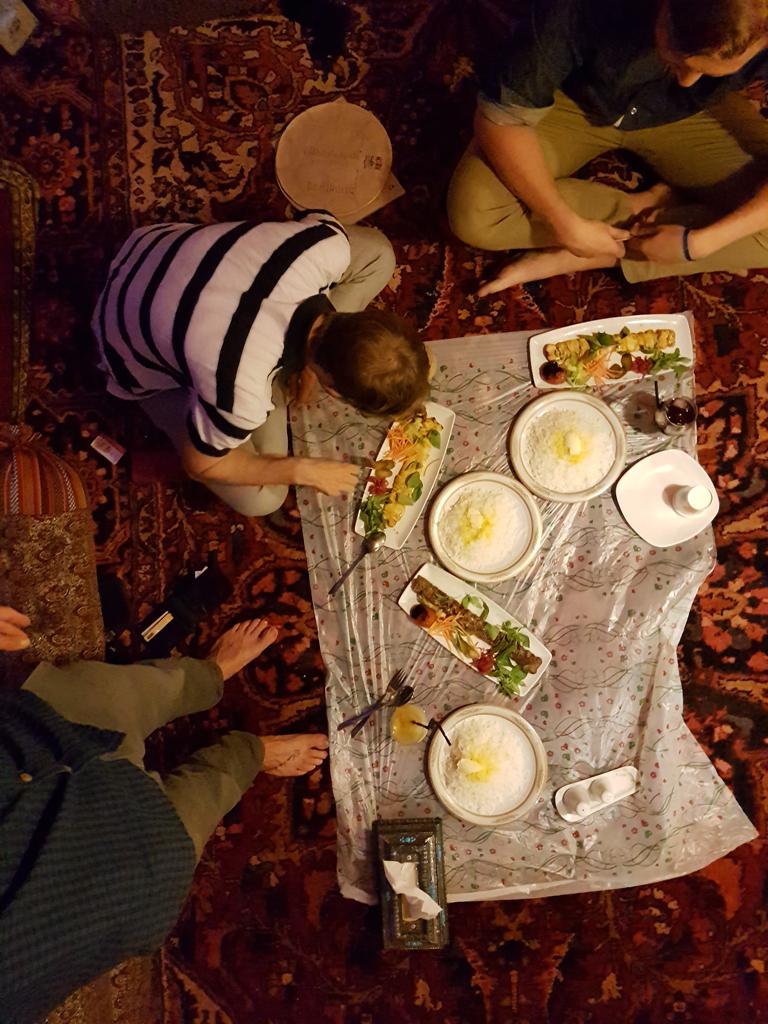 Essen in Tabriz. Gegessen wird im Iran immer auf dem Teppich