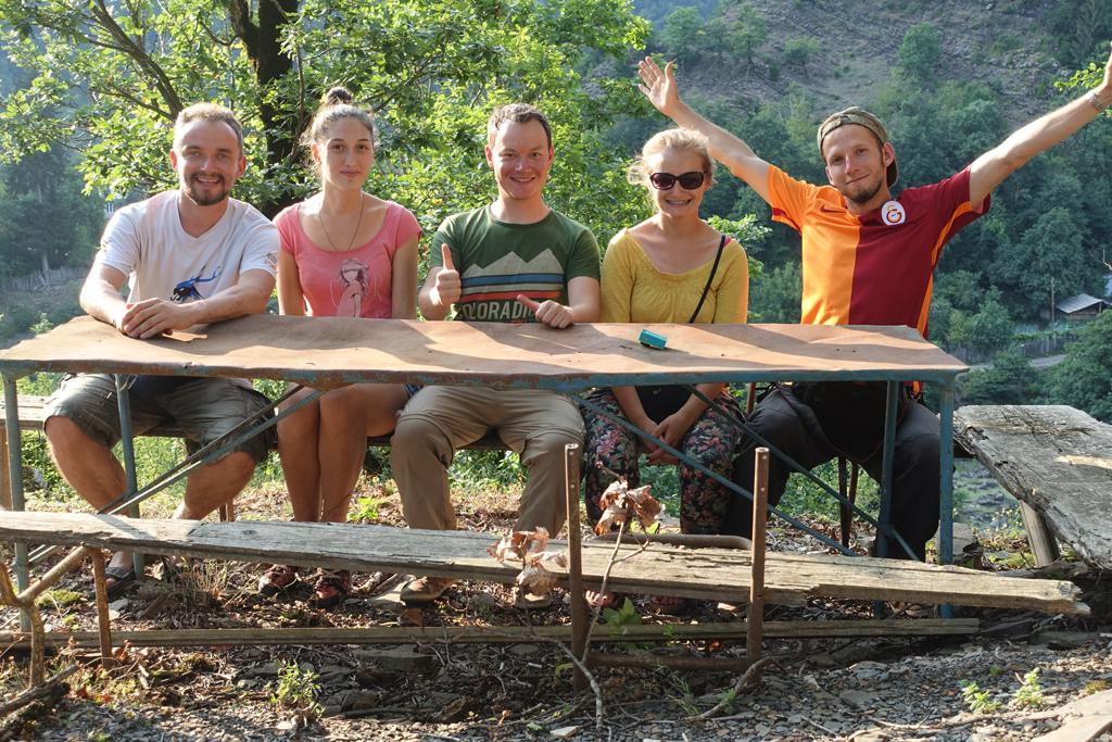 Piotr, Ana (aus dem Dorf), Dirk, Ascha (Piotrs Freundin), Mathias (links nach rechts)