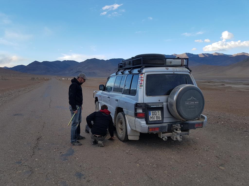 Autoreparatur auf dem Pamir-Highway