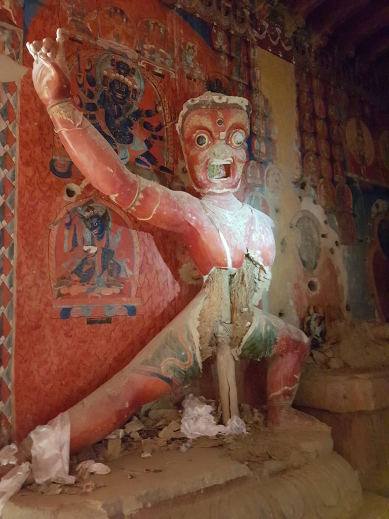 Eine Wächter-Statue im Guge-Kloster. Die Spuren der Kulterrevolution sind hier noch zu sehen.