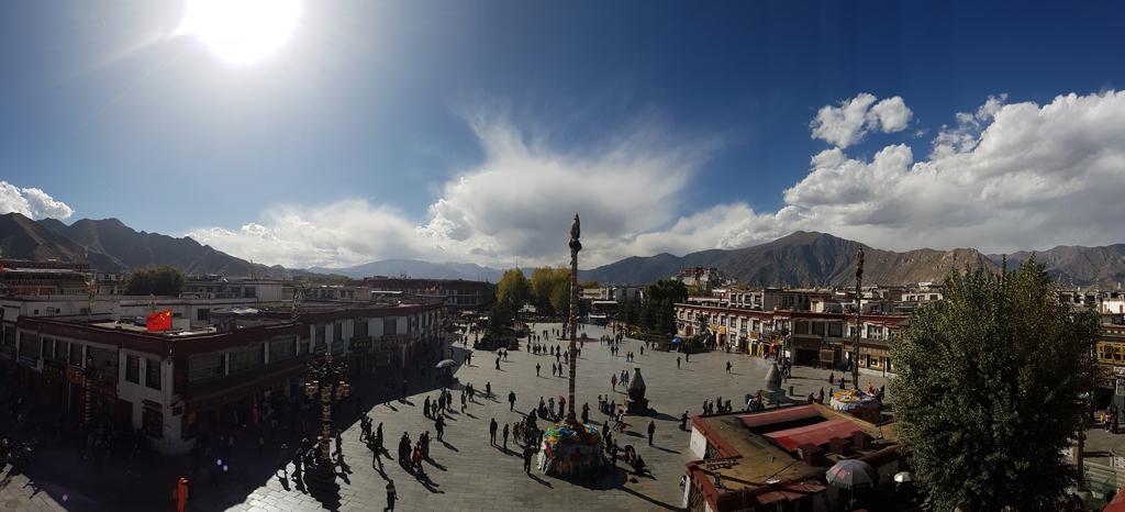 Platz vor dem Jongkong-Tempel in Lhasa