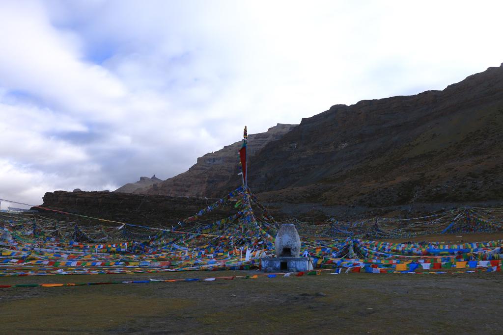 Der Luftbestattungsort oben auf den Felsen
