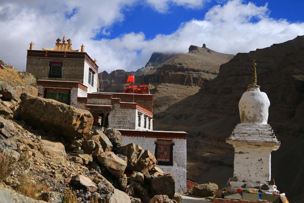 Das Kloster Choku. Im Hintergrund ziehen langsam die Wolken vom Kailash