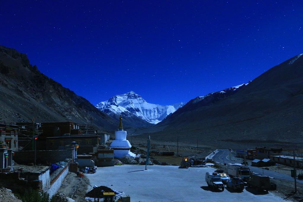 Einer der besten Stellplätze: Direkt vorm Mount Everest (Hier im Mondschein)