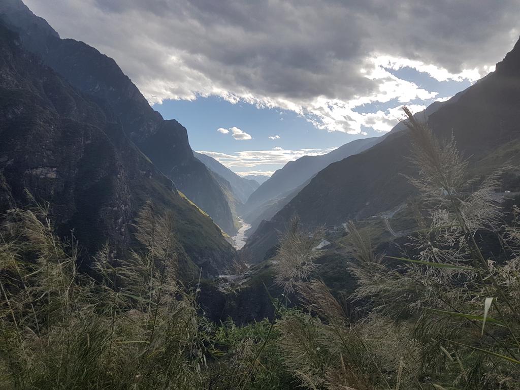 Die Schlucht und die angrenzenden Berge