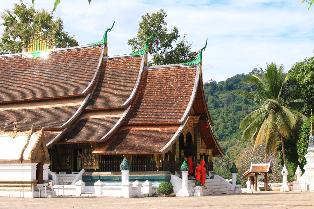 Möncher vor dem ältesten Tempel in Luang Prabang - den Vat Xieng Thong