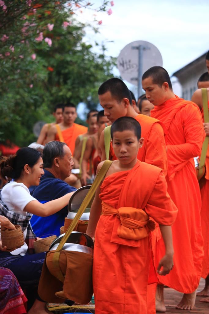 Mönche beim täglichen Almosengang