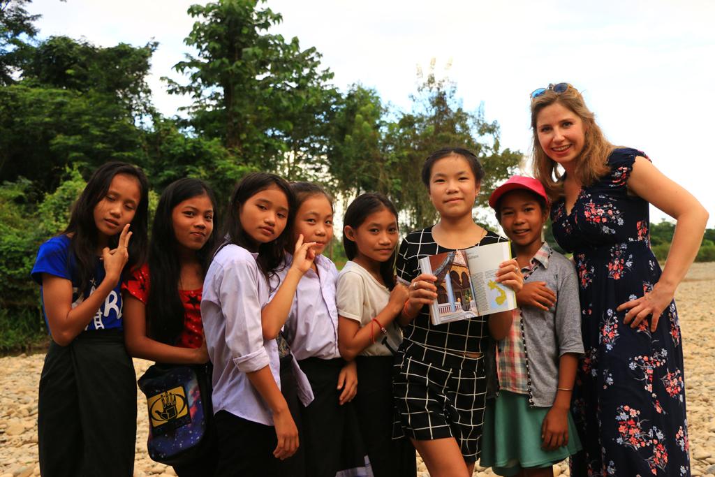 Für viele Kinder ist es das größte zu lesen. Nicole schenkte diesen Kindern ihren Reiseführer. Sie waren endlos glücklich!