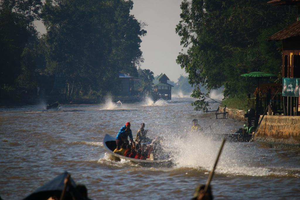 Volle Boote auf dem Weg zu den schwimmenden Dörfer