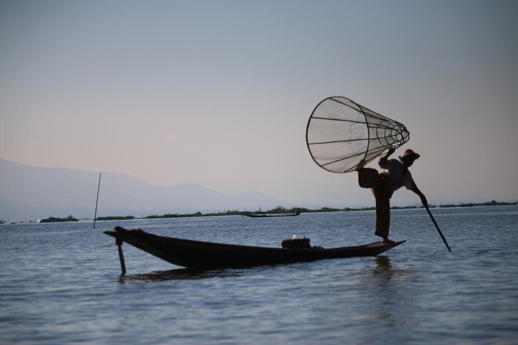 Fischer-Schauspieler posieren auf dem See für uns - natürlich für Geld