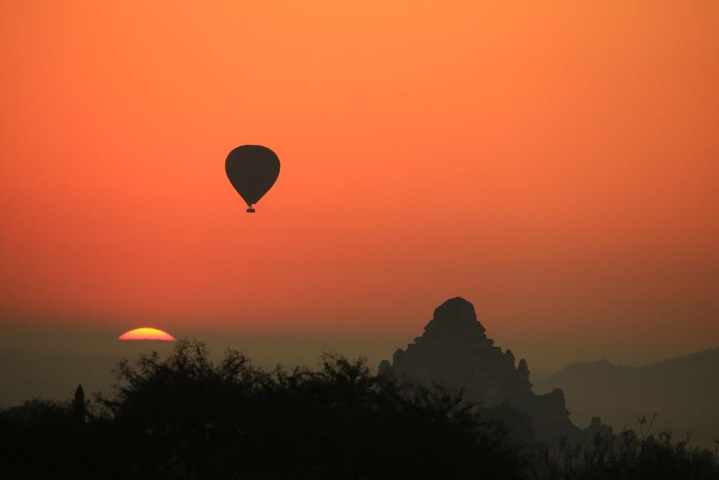 Die Sonne geht auf und die Ballons starten