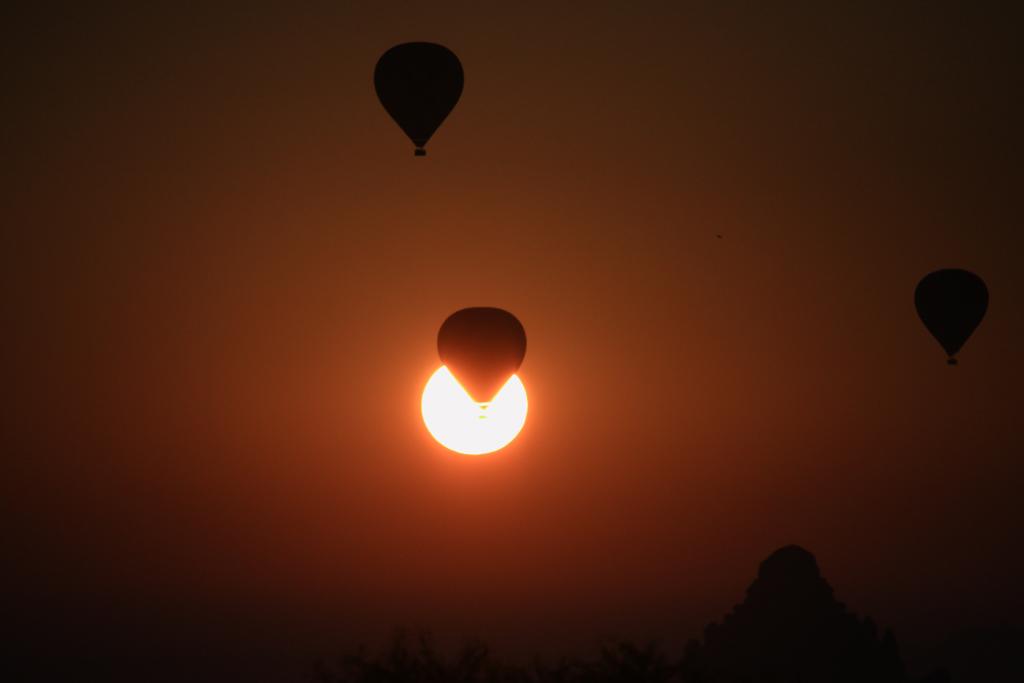 Flug direkt durch die Sonne
