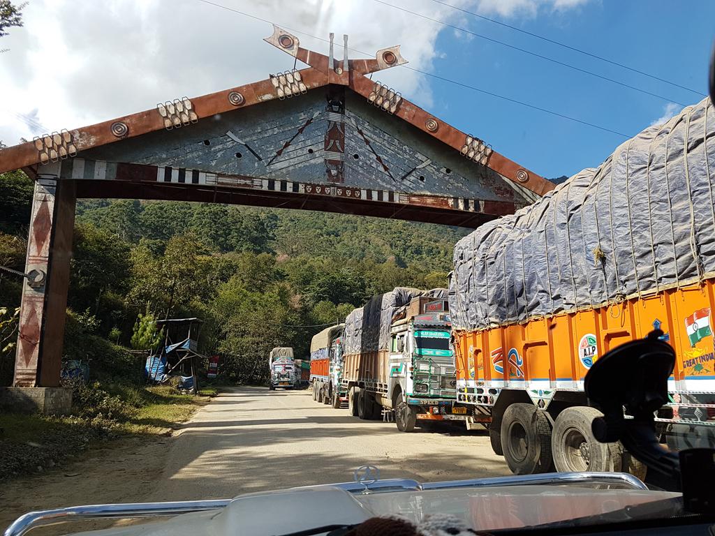 Durch das Wirtschaftsembargo gab es lange Schlangen an LKW an der Grenze zu Manipur