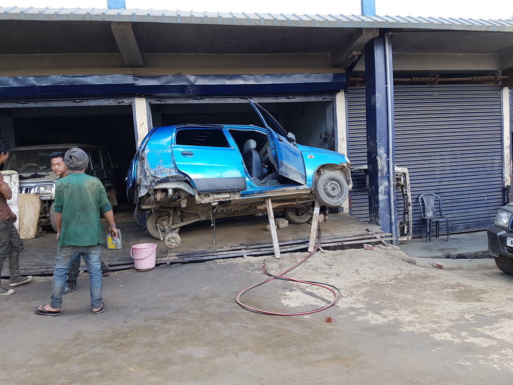 So werden hier Autos repariert. Sieht etwas riskant aus oder?