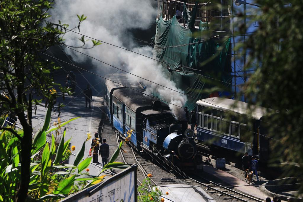 Die Darjeeling-Bahn kämpft sich auf engen Straßen durch den Ort