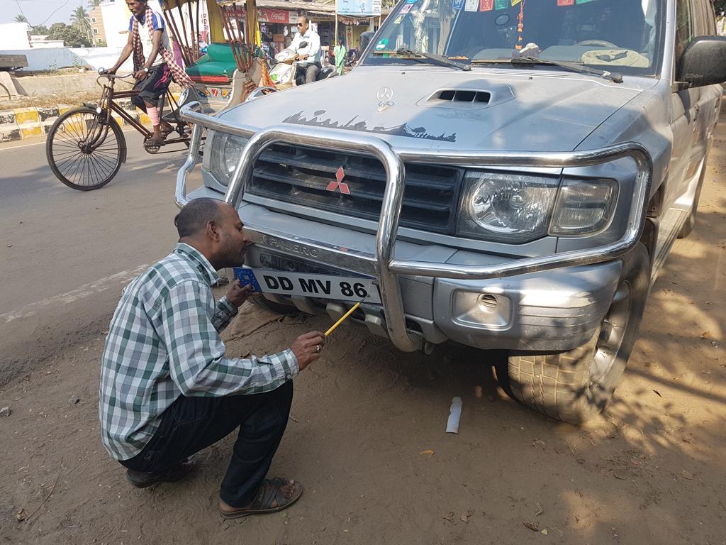 Ein neues Nummernschild für das Auto. Indian Style halt.
