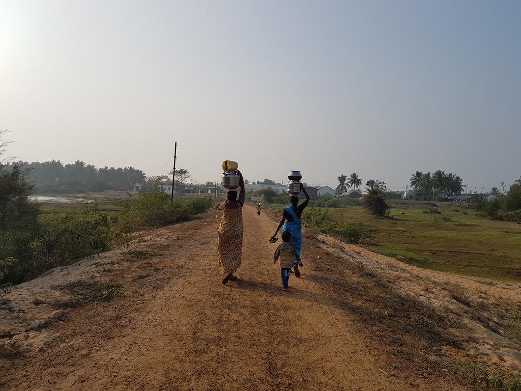 Die Dorffrauen bringen das Wasser aus einem Brunnen ins Dorf. Die Männer stehen derweil um mein Auto und staunen
