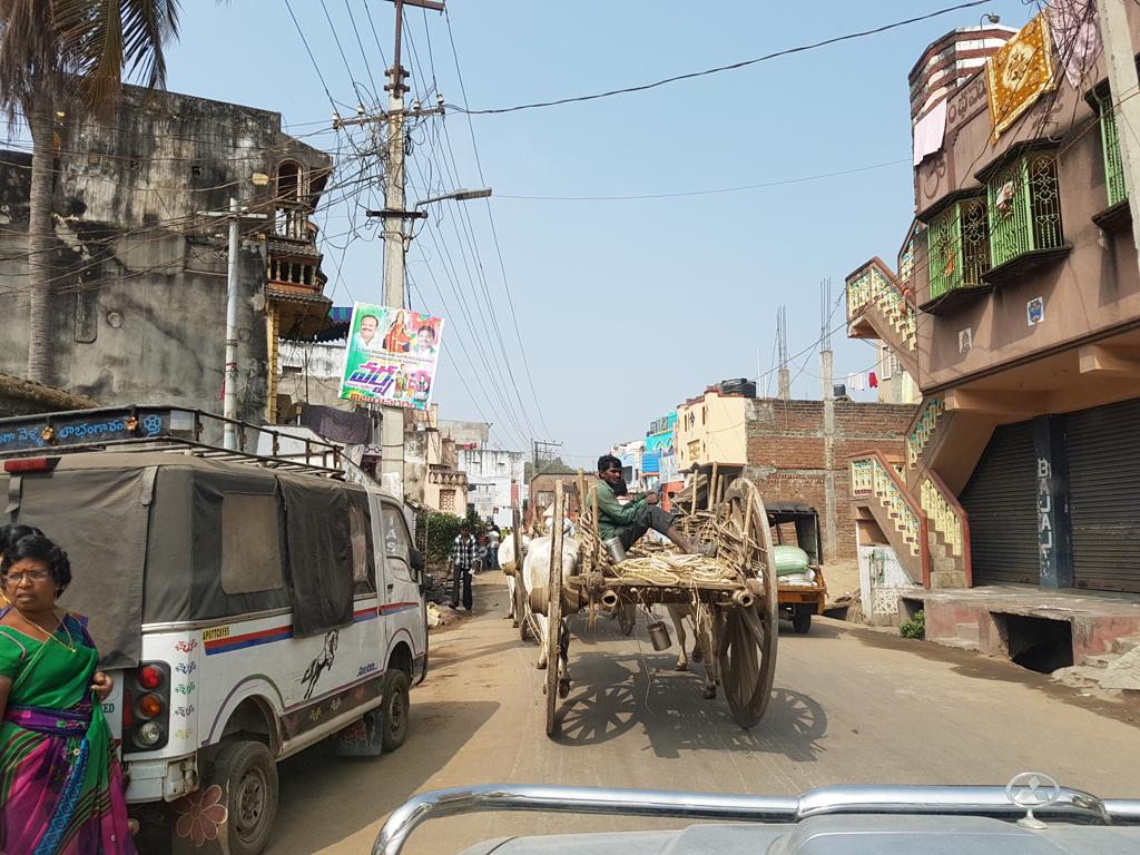 Unterwegs auf indischen Straßen. Immer dabei: Der Ochsenkarren.