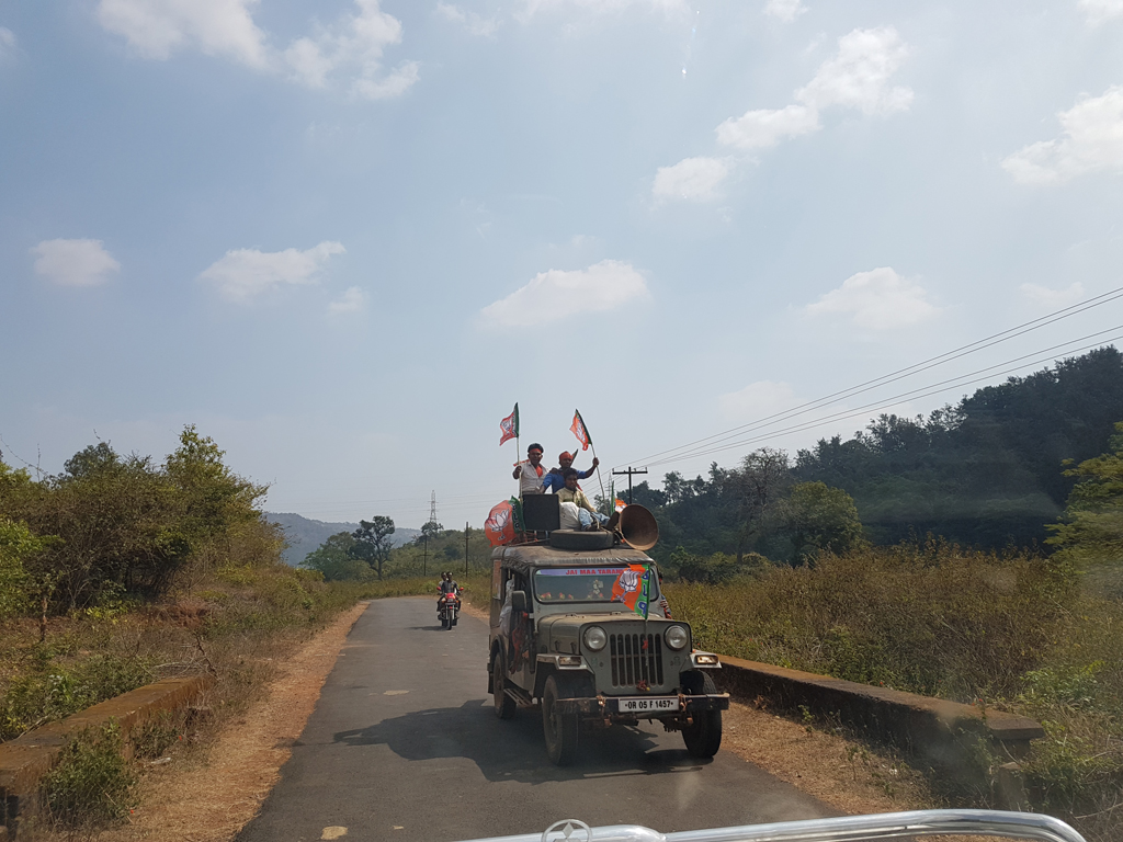 Auf dem Weg zum Dorf: Jeeps mit dicken Lautsprechern. Ein Wahl steht im Gebiet an und die Bewerber präsentieren sich lautstark.