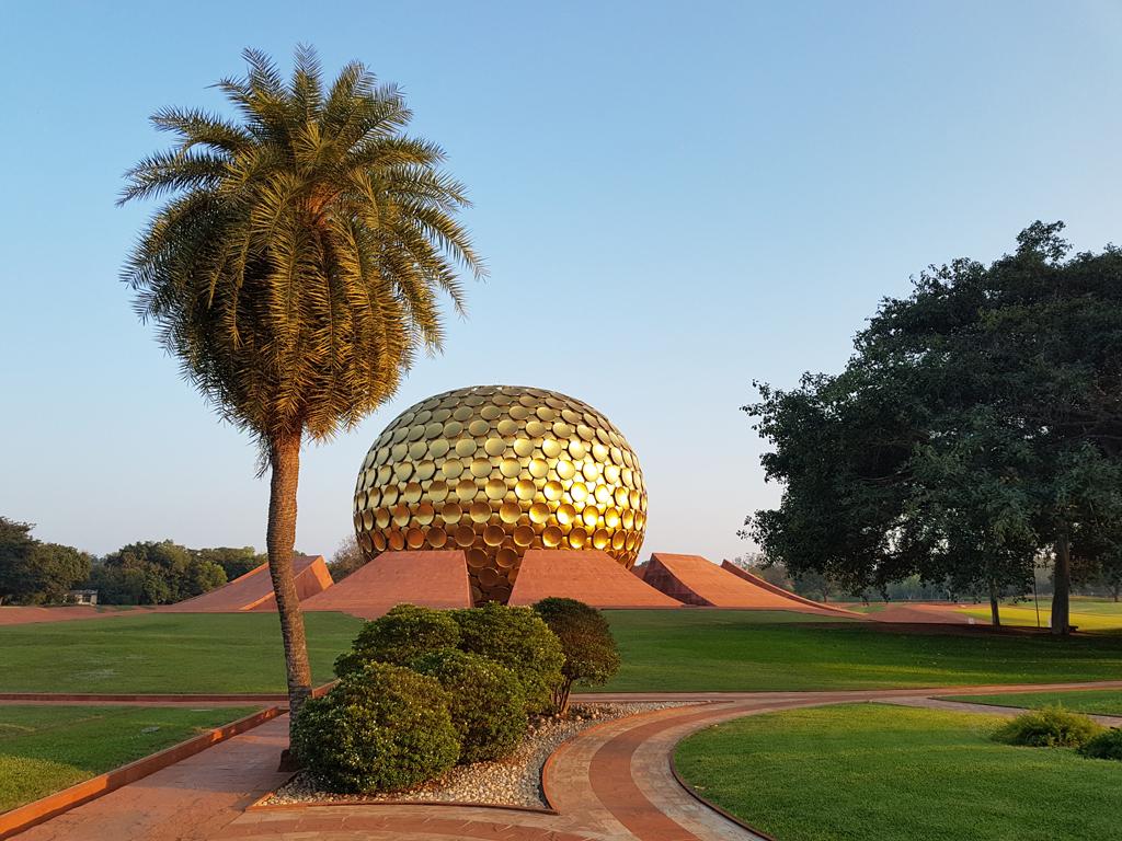 Um den Matrimandir ist ein schöner Park und ein großer Bodhi-Baum, unter dem gern meditiert wird