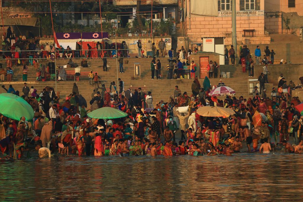 Die Menschen am Assi-Ghat versuchen so schnell wie möglich an den Fluss zu kommen