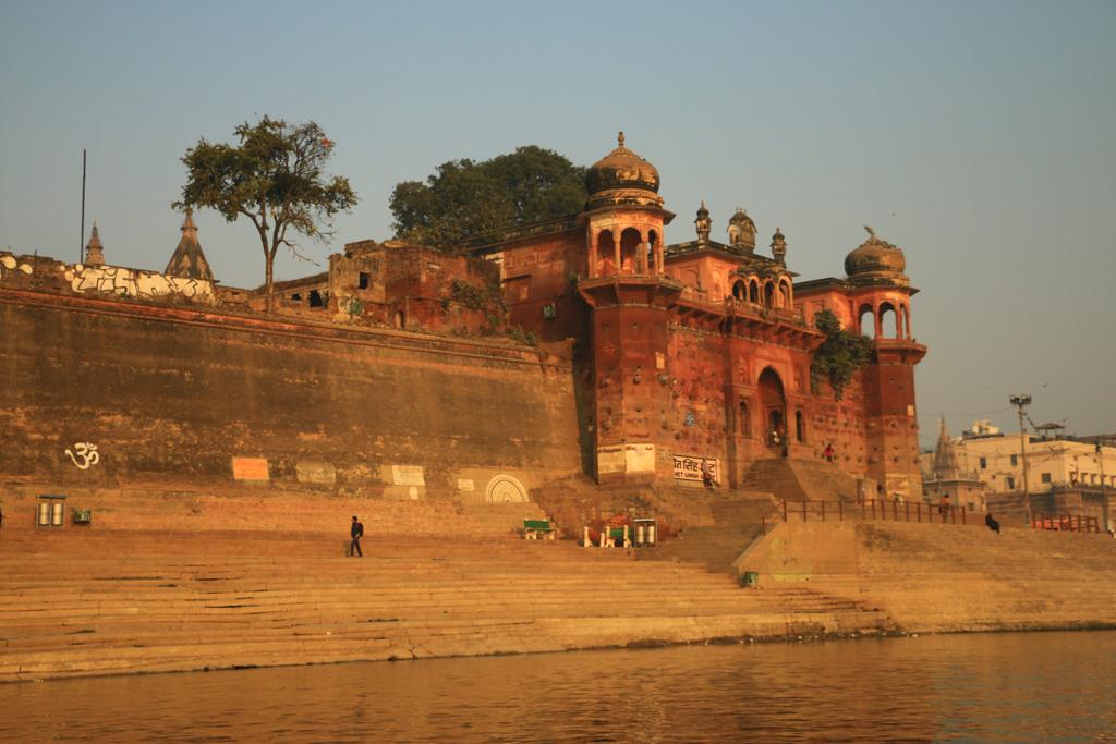 Alte Paläste stehen am Ufer und zeugen von einer prachtvollen Vergangenheit