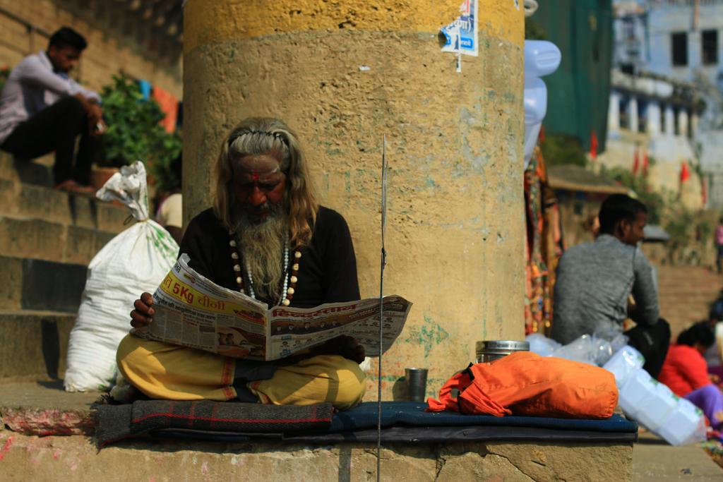 Ein Sadhu beim Zeitunglesen