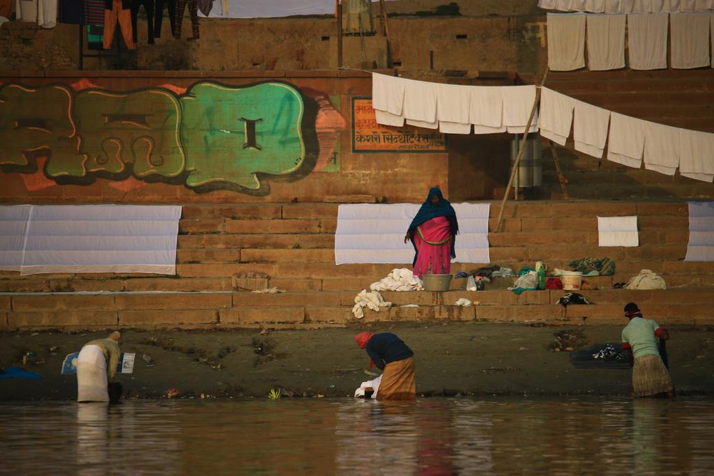 Die Wäsche wird direkt im Ganges gewaschen