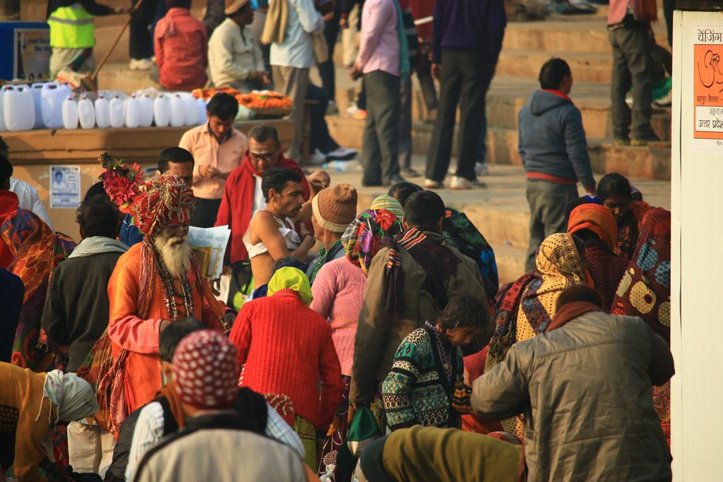 Ein Sadhu sucht sich seinen Weg durch die Massen