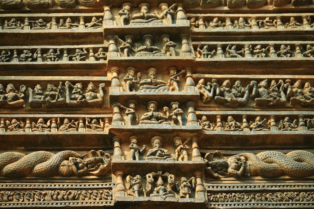 Beeindruckend: Der über 1500 Jahre alte Tempel ist mit tausenden Figuren verziert. Indisches Paradox: In der Gesellschaft prüde, auf dem Tempel viele Figuren in