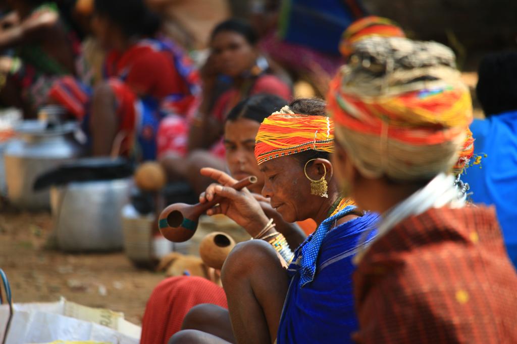 Frauen verkaufen Palmenwein auch zum Sofortverzehr auf dem Markt. Nach 11 Uhr sehr stark besucht.