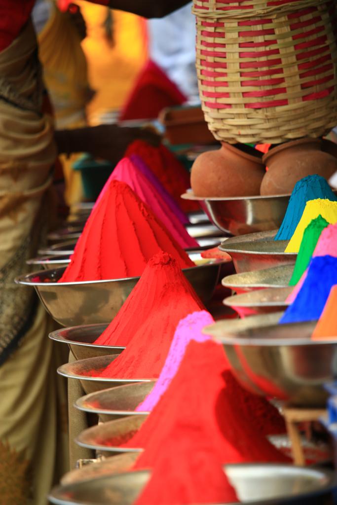 Farben für das Holi-Fest auf dem Markt in Mysore