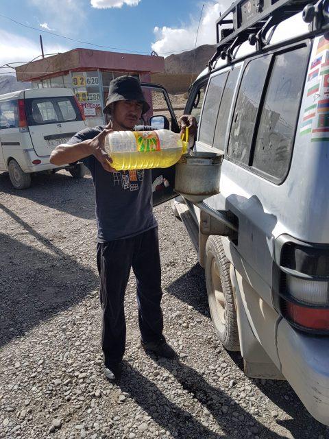 Tadschikische Tankstelle. Die Qualität des Diesels kann durchaus in Frage gestellt werden