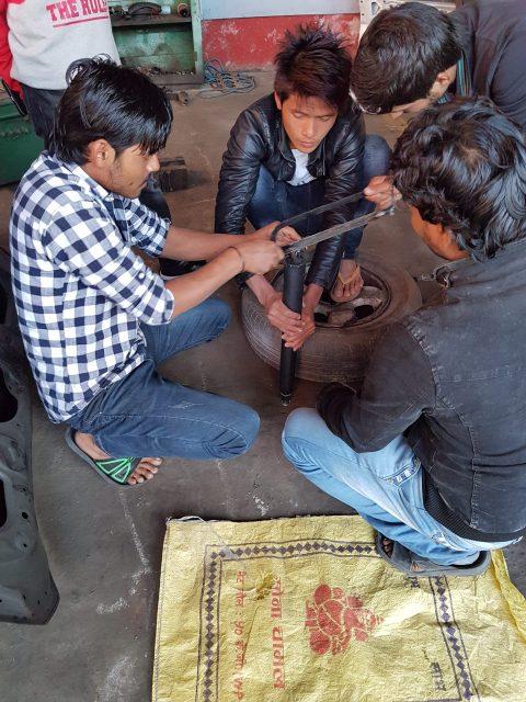 Was nicht passt wird passend gemacht - Anpassung des Stoßfängers in Nepal